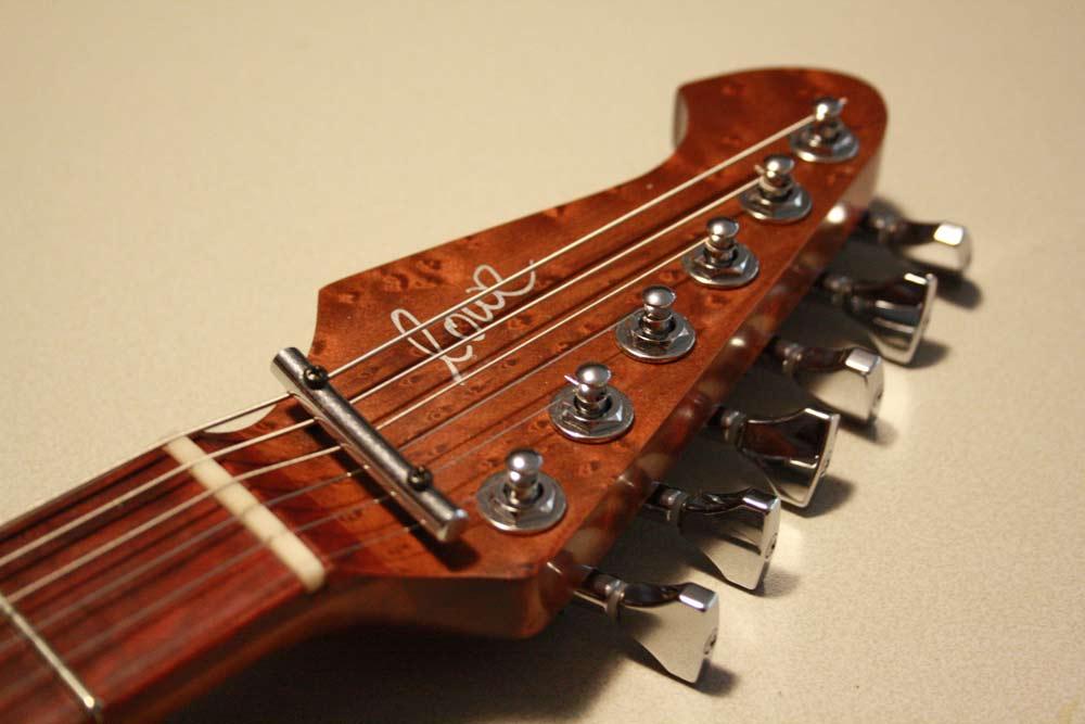 Die Kopfplatte der Lowe Guitars Model One