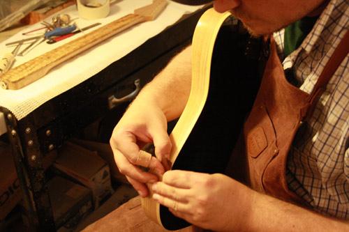 Ein Foto von Gitarrenbauer Andreas Lowe bei der Arbeit